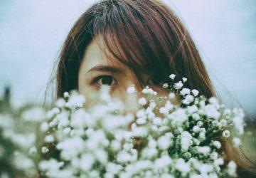 kvinnor med vita blommor