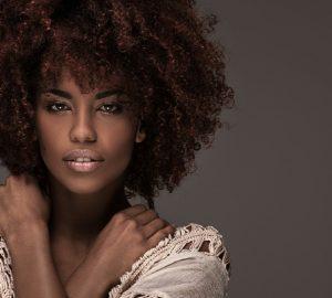 porträtt av vacker afrikansk kvinna