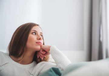 kvinna tänker och tittar åt sidan