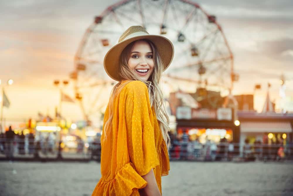vacker kvinna i nöjespark