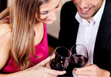 man och kvinna dricker vin