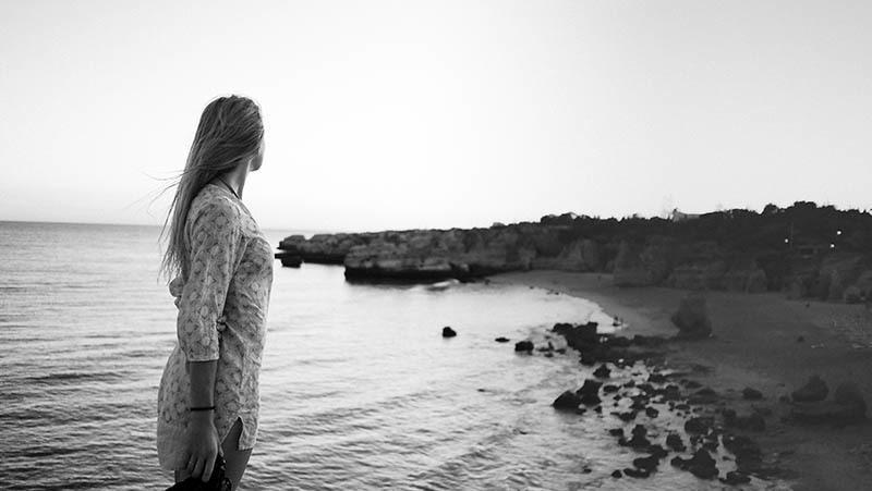 svartvitt foto av kvinnan nära vatten