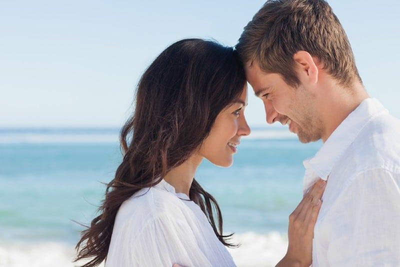 attraktiv par fattande on the beach