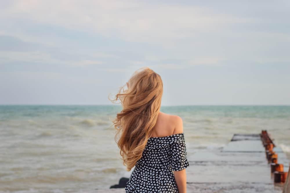 blond kvinna tittar på havet