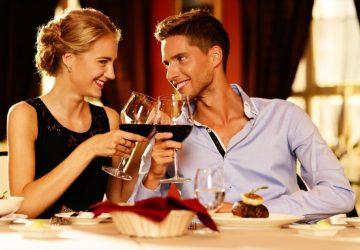 lyckliga romantiska par med vinglas