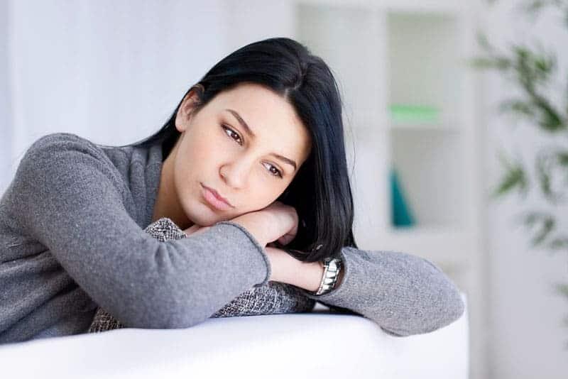 ensam kvinna i djupa tankar
