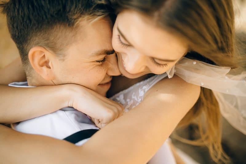 ett kärleksfullt par i en stark omfamning
