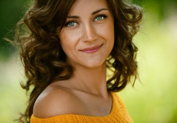 Vacker ung kvinna närbild