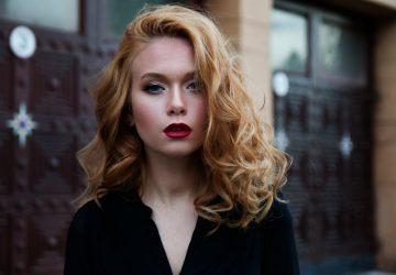 porträtt av en vacker blond kvinna
