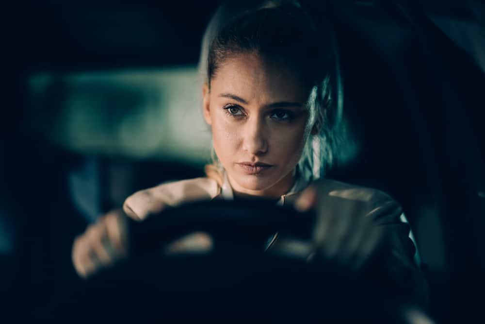 kvinna i bilen i djupa tankar