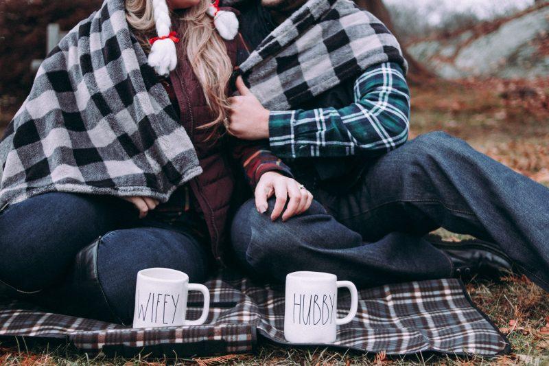 kvinna och man sitter och kramar