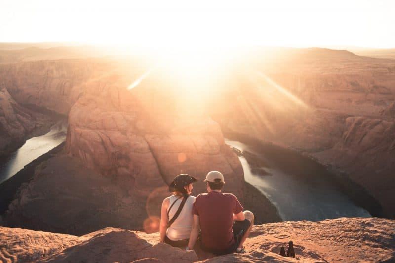 kvinna och man sitter på berget