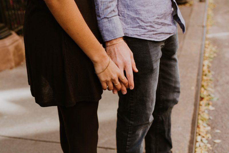 kvinna och man som håller hand