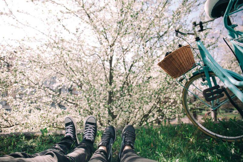 kvinna och man som ligger på gräset