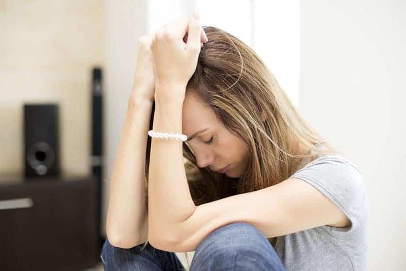 ledsen kvinna sitter ensam