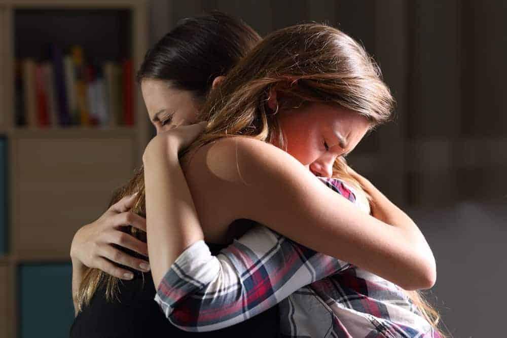 mamma kramar sitt barn