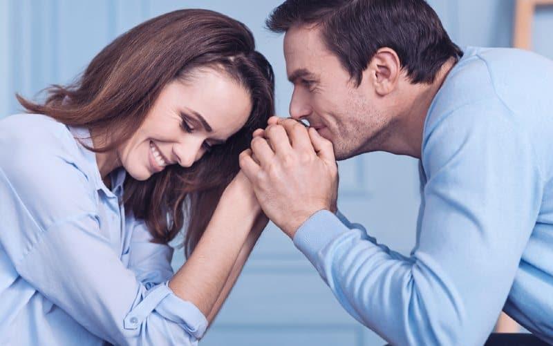 man hållande kvinna händer