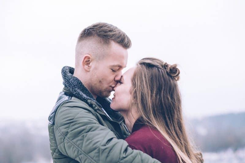 man kysser kvinnan i näsan
