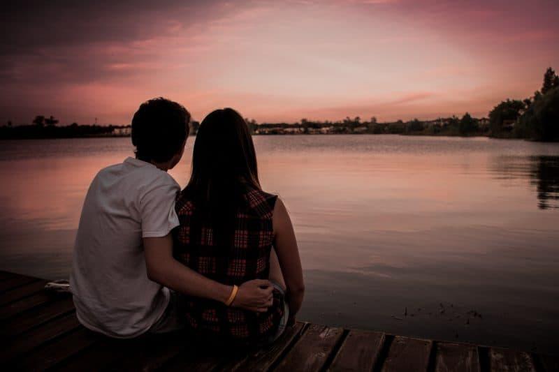man och kvinna sitter på bryggan