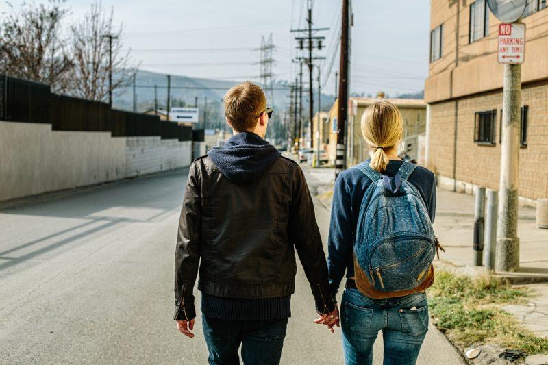 man och kvinna som håller hand