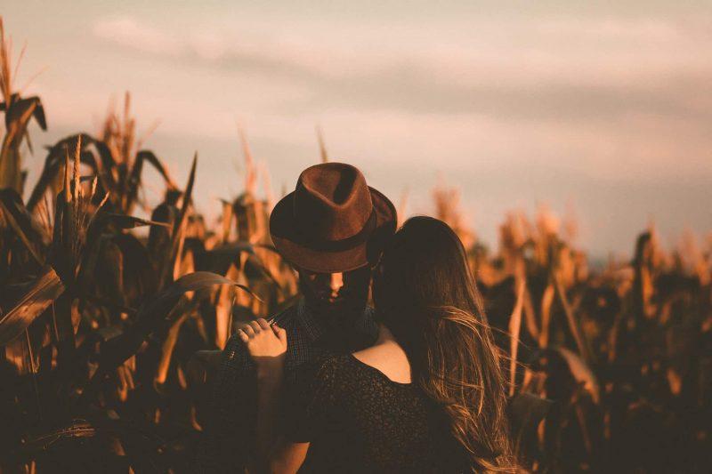 man och kvinna som kramar varandra (2)