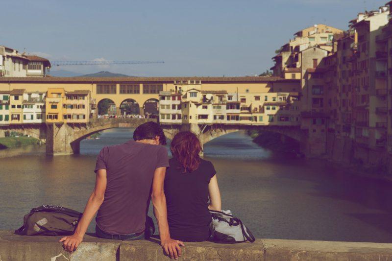 man och kvinna som sitter tillsammans utomhus