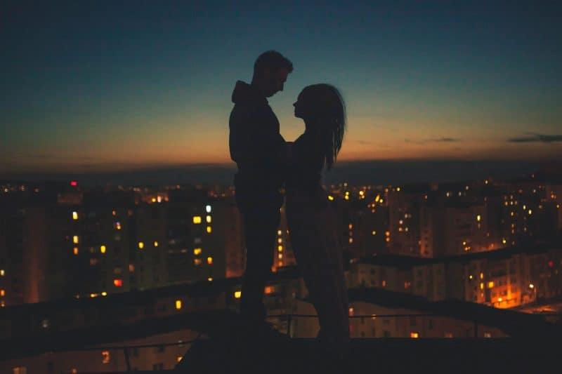 man och kvinna som står på taket av byggnaden