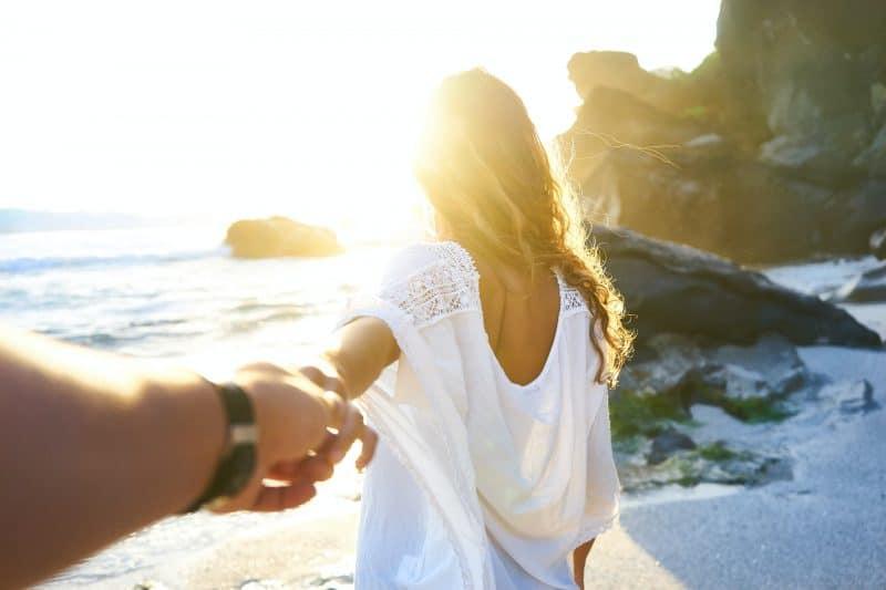 man som håller kvinnans hand