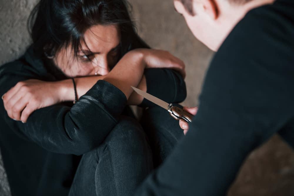 mannen hotar kvinnan med kniven