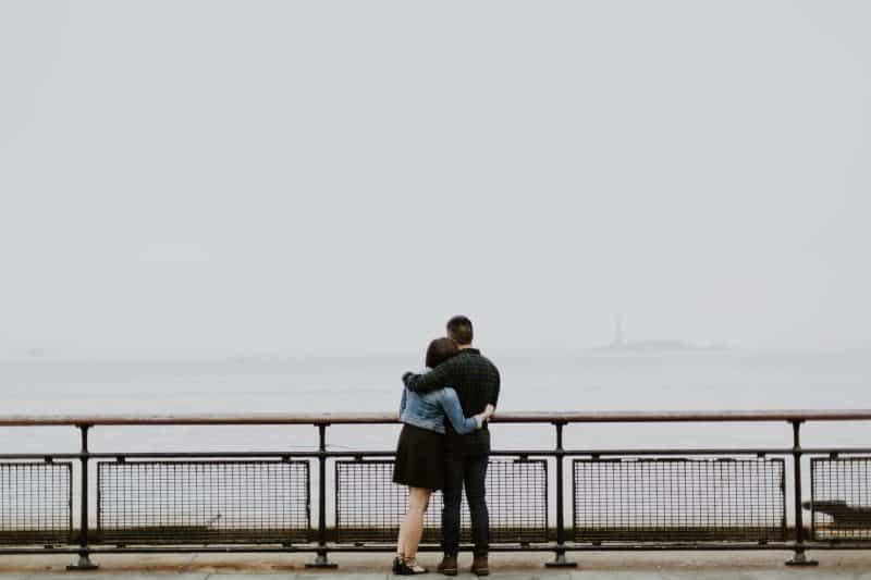par som står framför staketet