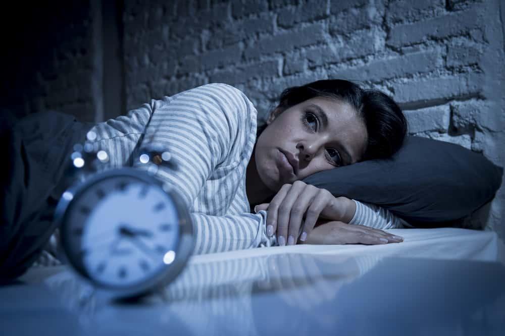 tankeväckande kvinna som ligger i sängen