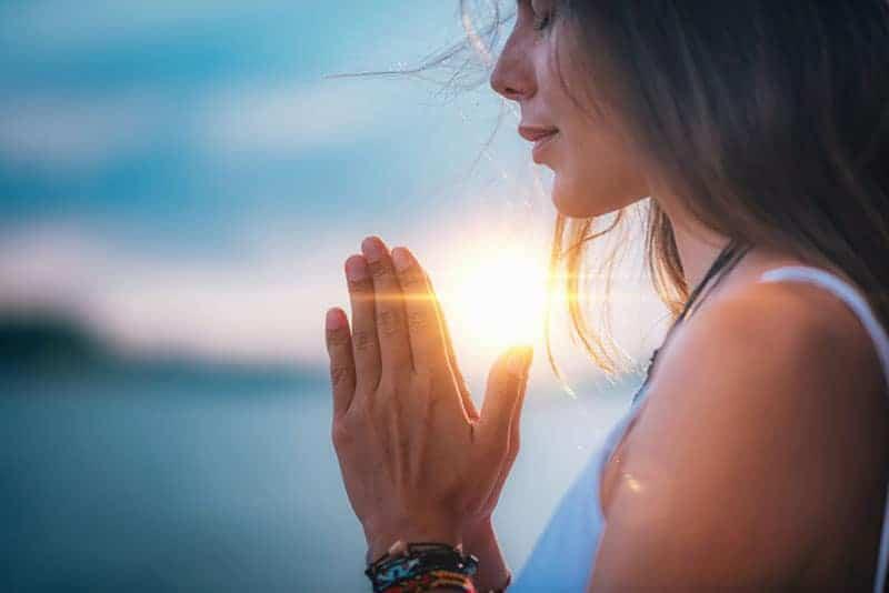 ung kvinna mediterar