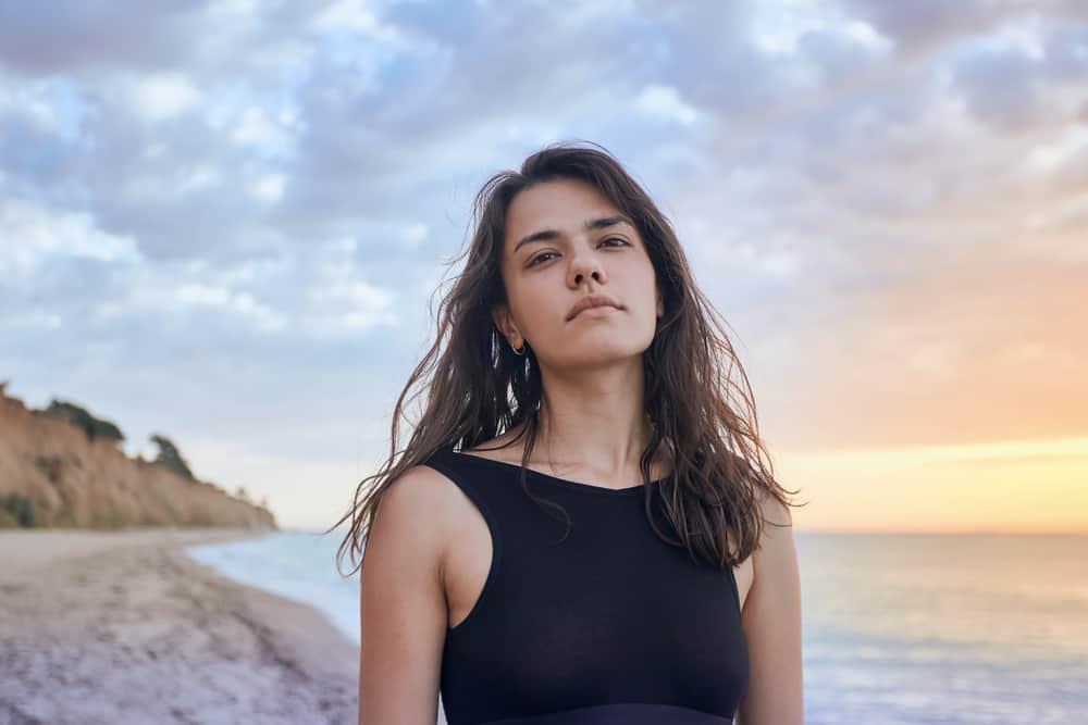 ung kvinna som går på stranden