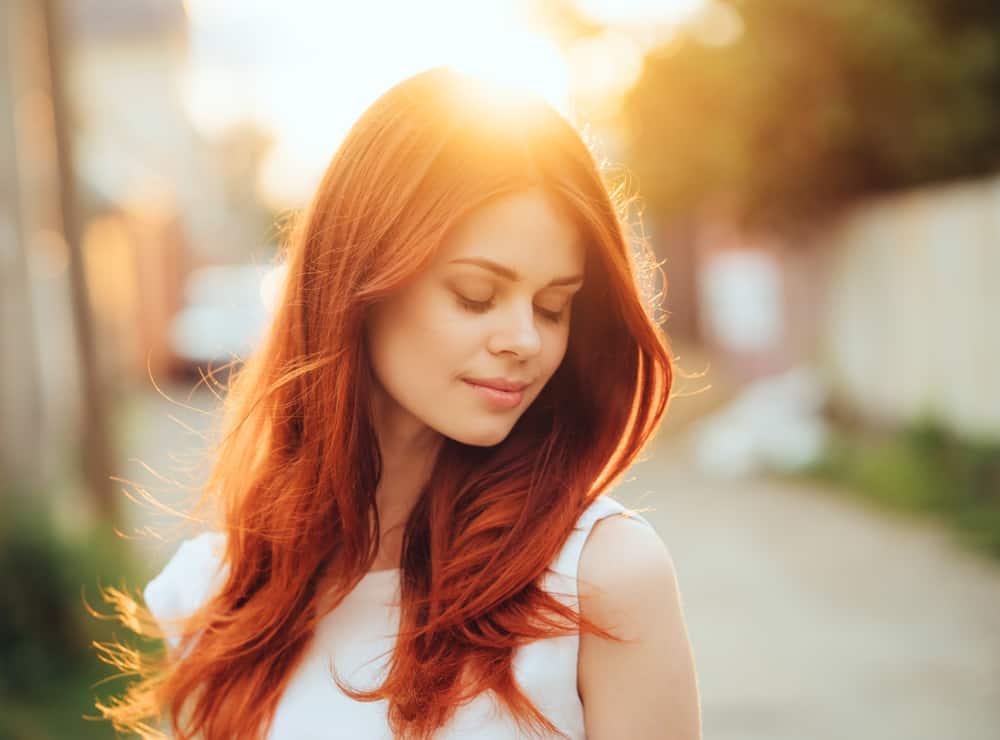 vacker kvinna med rött hår utgör utanför
