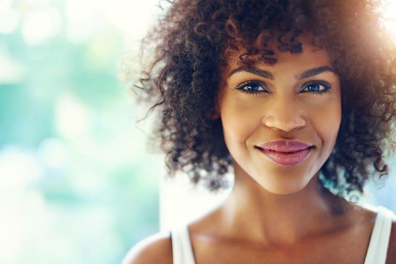 porträtt av en vacker afrikansk kvinna med blå ögon