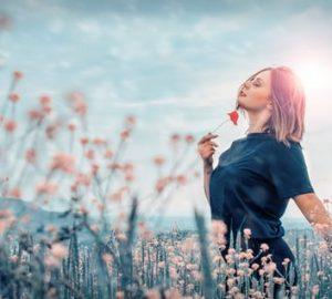 kvinna i fält av blommor