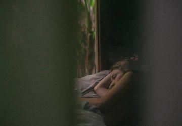 sorglig kvinna låg i sängen