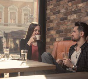 man och kvinna njuter av datum i caffe