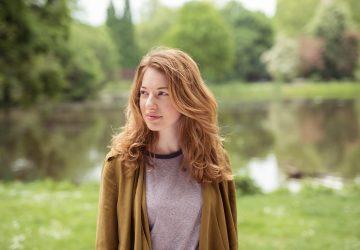 kvinna som står ensam i parken