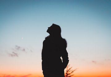 silhuett av kvinna som tittar på himlen