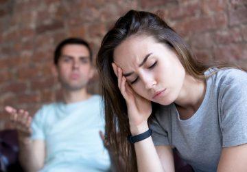 kvinna och man argumenterar på soffan
