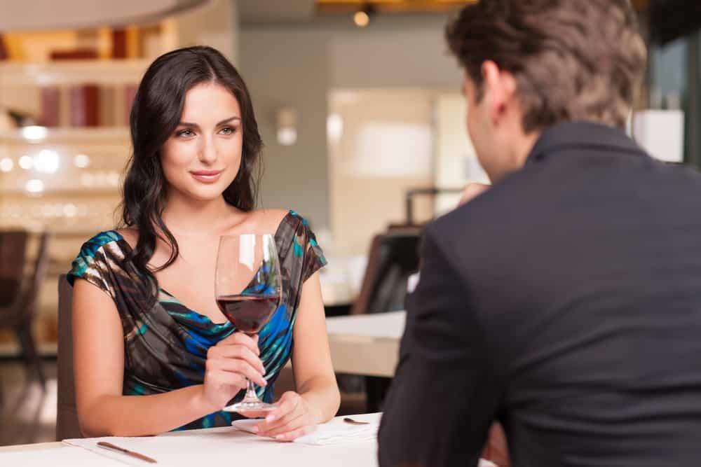 Förföra den vackra kvinnan som tittar på sin älskare med vinglas