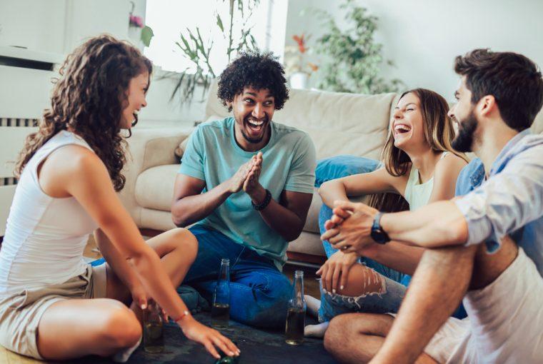 en grupp vänner spelar en sannings- eller utmaningsspel