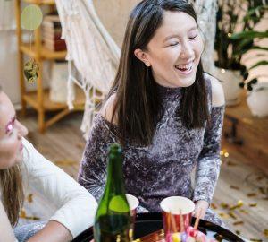 två leende kvinnor firar födelsedag