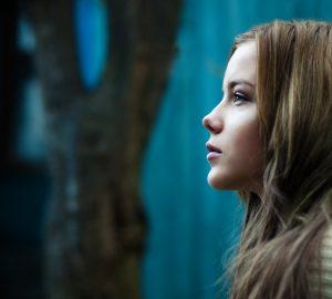 ung vacker kvinna som tittar på avstånd