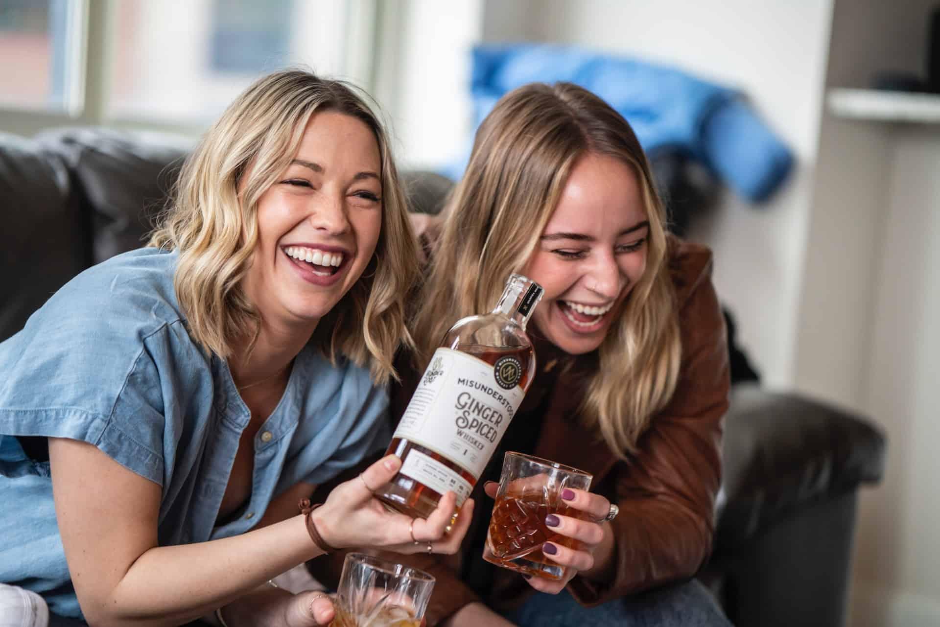 vänner med flaska whisky