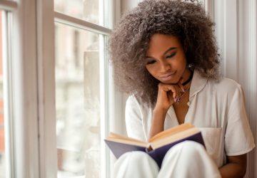ung kvinna som läser en bok