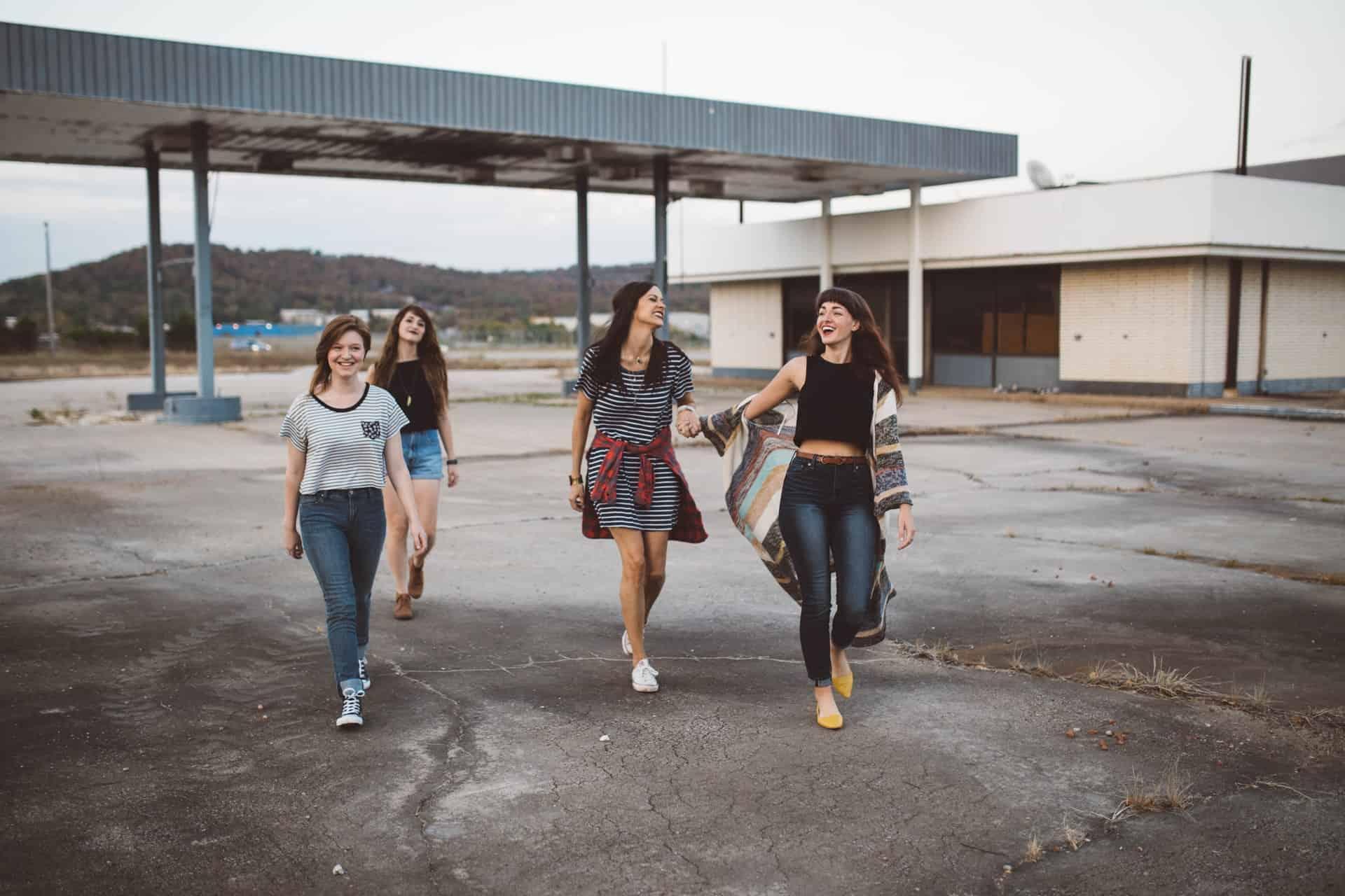 grupp med fyra vänner som går