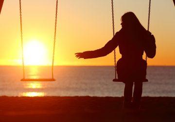 kvinna sitter ensam på gungan