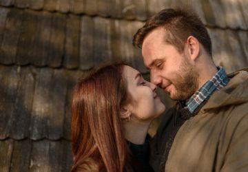man och kvinna som kysser utanför